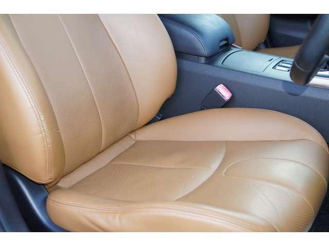運転席、助手席ともに綺麗です。一度ご覧くださいませ。また【フォーブ本革シート】【パワーシート】【シートヒーター】が装備されており大変お洒落な雰囲気の車内でございます♪