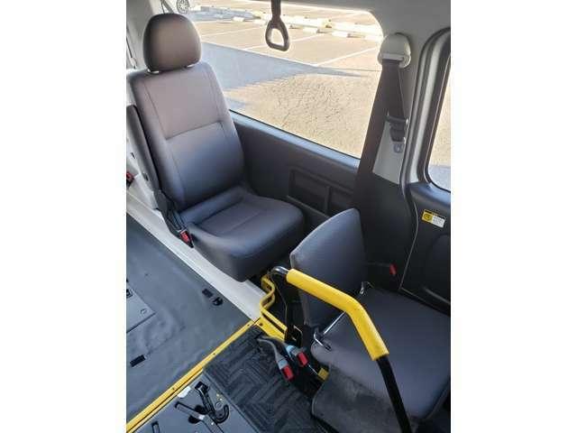 通路確保で右側の席は折り畳み可能でです!