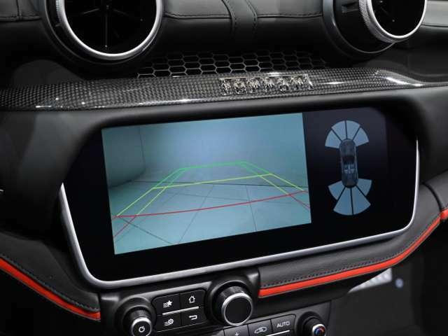 パーキングセンサーに加え、バックカメラも装備し後退時も視界を確保できるので安心です。