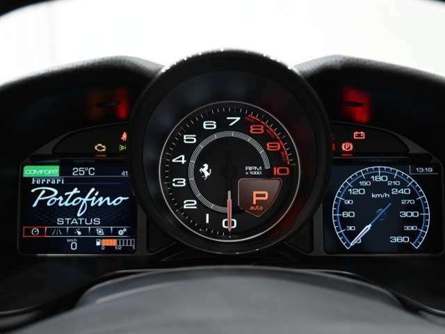 視認性に優れる大型アナログレヴカウンターは、ブラックを選択しています。シフトインジケーターも内蔵しています。左の液晶画面では水温・油温のほかタイヤ空気圧など車両情報を表示いたします。