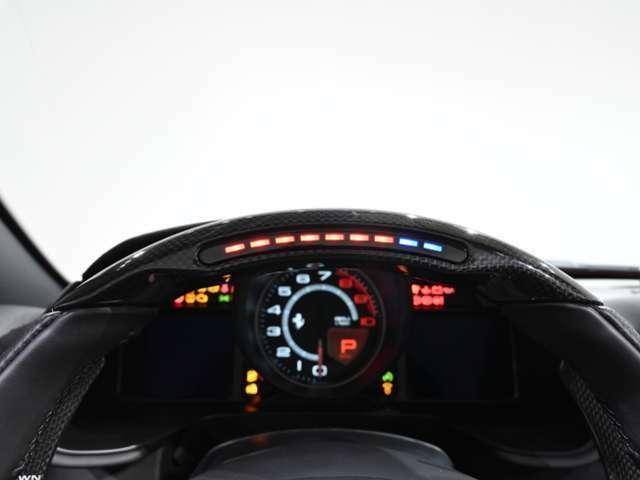 LED付カーボン・ステアリングホイールを装備しています。F1よりフィードバックされたテクノロジーです。LEDの点灯により最適なシフトタイミングを計ることが可能です。走行距離は約4,300kmです。