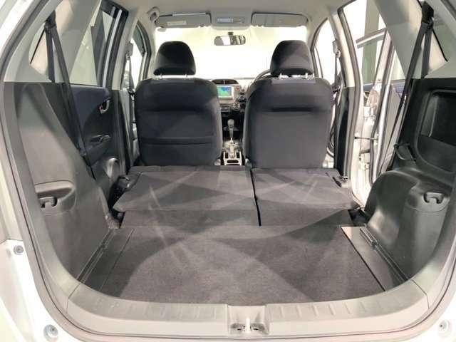 リア席を倒せば広々とした空間の出来上がり!床が低くフラットになり、天井までの高さがありますので積載が便利です。