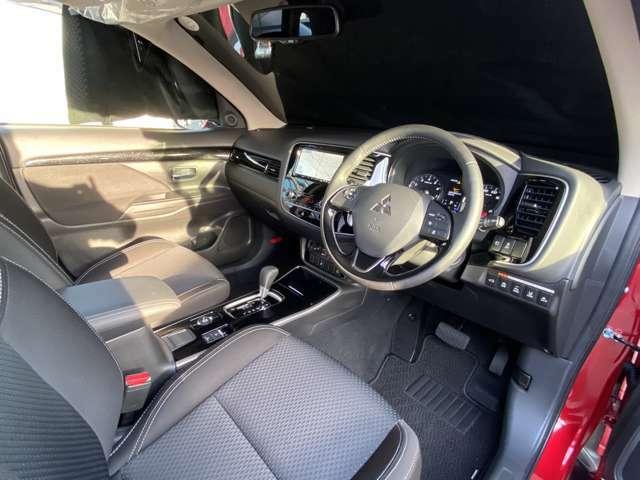 フロントシートは、長時間のドライブでも疲れにくいよう、ホールド性を重視