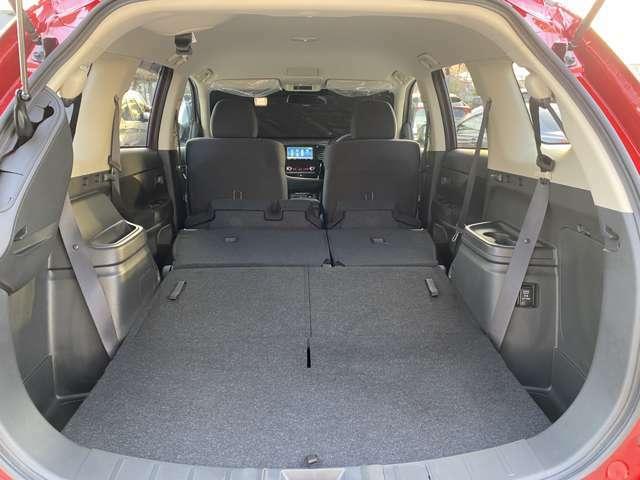 サードシートとセカンドシートもたためば、フラットな床で車中泊も出来ますよ。もちろんい~っぱい荷物も積めます!!