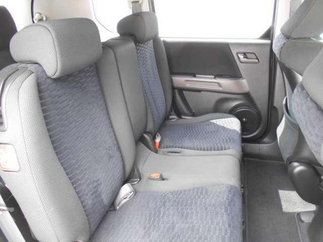 センターアームレストのついた上質な表皮のリアシートです。疲れを感じさせないデザインで、快適なドライブを楽しむことができます。
