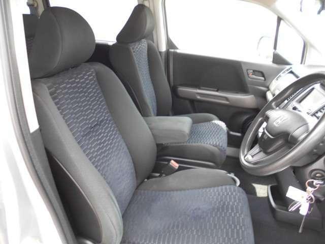 質感・座り心地にこだわったシートです。適度なホールド性とアームレストの装備で、ロングドライブでも快適に過ごせます。