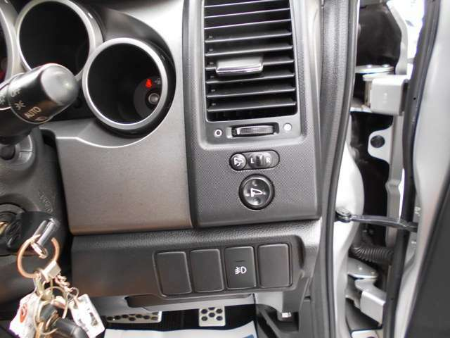 電動格納式ドアミラーですので、駐車の時は楽々にたたんでおくことができます。狭い駐車場でも安心ですね。
