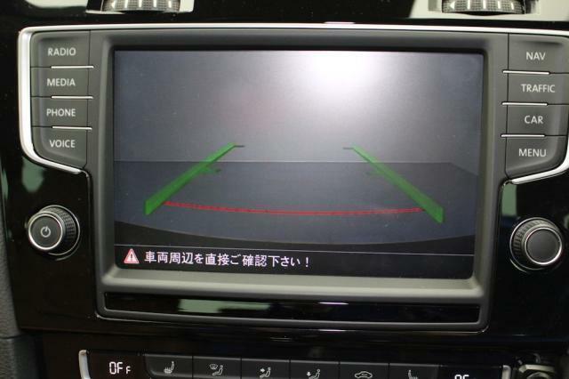 カメラの映像をモニターに表示。ガイドライン表示するので車庫入れが苦手な方も安心です。