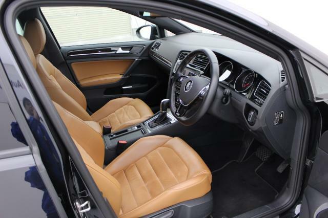 シートは上質で手触りの良い高級なめし皮の一つであるナパレザーとバックスキン調のアルカンターラを贅沢に使用しています。