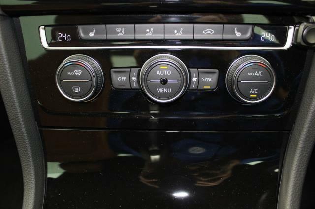 2ゾーンオートエアコンは左右温度設定を変えることが出来るので、室内を快適に保ちます。