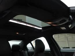 パノラマ・ガラススライディングルーフ『ルーフ全面に広がるガラス面は解放感に溢れ、車内を更に広々とした空間に演出します。チルト・スライドオープン機能を備え、便利にお使いいただけます。』