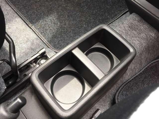 ドリンクホルダー☆運転席と助手席の間にあります。