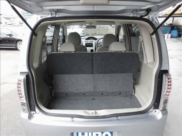 後席のシートバックは左右別に倒せます。
