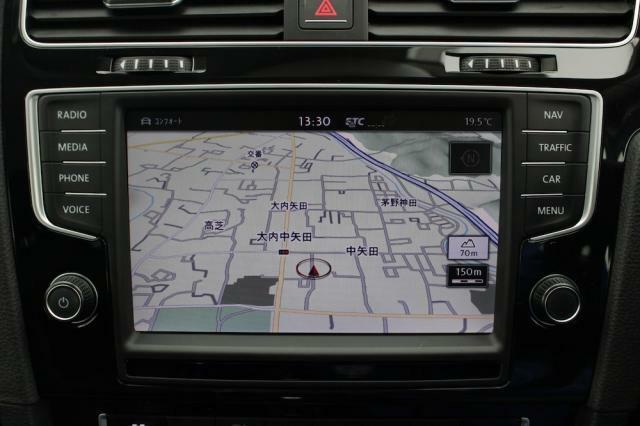画面も大きく操作性に優れた純正ナビゲーションが装備されています。