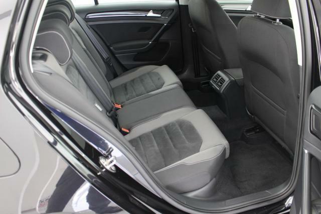 リヤシートの足元のスペースもゆとりある設計がされています。