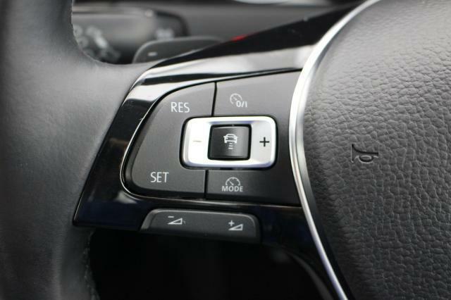 前車追従機能が装備されていますのでロングドライブや高速走行時など疲労軽減につながります。