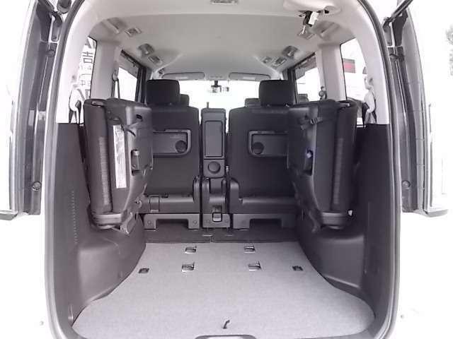 サードシートはアシストスプリングの採用により、女性でも軽く跳ね上げられ、また、ロックの解除とシートバック前倒れが連動するため操作回数も少なく、必要な時に素早くサードシートを跳ね上げることができます。