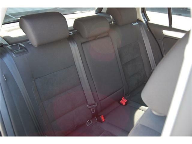 後部座席は座面が大きくゆったりと座れます。シートの使用感少なく綺麗な状態です。