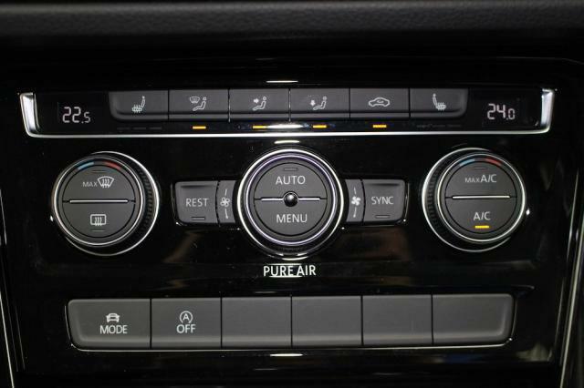 3ゾーンオートエアコンは運転席、助手席、後部座席それぞれ温度設定できます、快適な空間を保ちます。