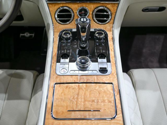 オプションのムードライティングスペックです。ラグジュアリーな車内空間を演出してくれます。