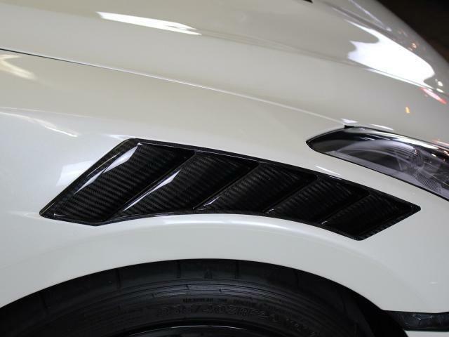 カーボンダクト装着によりエンジン熱の放出、フロントタイヤへのダウンフォースを増やす働きも担っております。