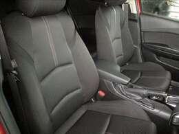 運転席はブラックを基調とした厚手の布地を採用しています。座り心地やサポート感も良好です。また、運転席に正しく着座すれば、ドライバーと車体が正対するようにシートセッティングされています。★☆★☆