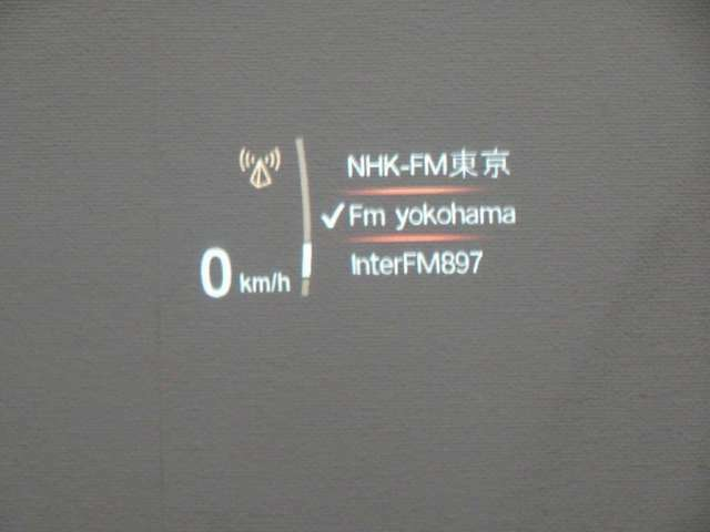 ヘッドアップディスプレーはスピードメーターだけでなくナビ情報やラジオ、CDなどの情報も表示します。