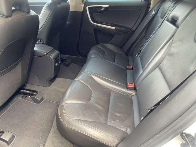 2列目のシートもご覧の通りとてもキレイな状態です♪体の大きな方が乗ってもゆったりと余裕のある快適な座席です♪足元も広く窮屈感を感じない車内になっています♪収納付がアームレストもあり快適性◎♪