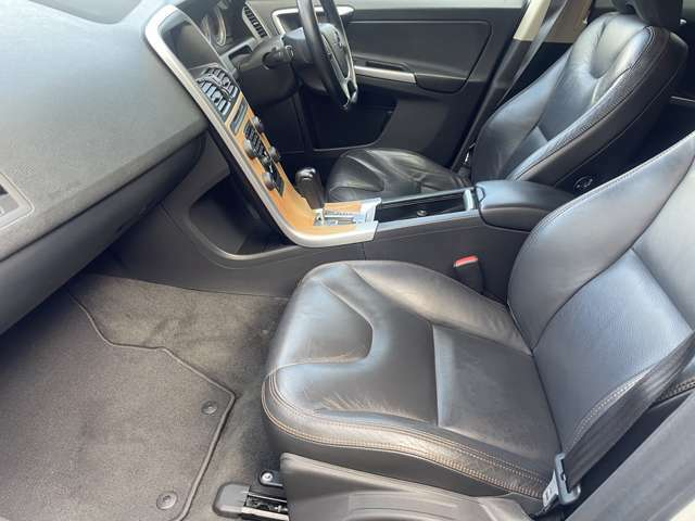 助手席側の足元もゆったりと広々しております♪サイドの窓も視界が広く見晴らしが良いので、ドライブ中にも外の景色を存分に楽しむ事が出来ます♪助手席にもシートヒーターが装備されておりますので快適です♪