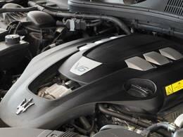 マセラティの100年の歴史が詰まった、3リッターV6ツインターボエンジン、350馬力(カタログ値)。是非店頭でその走りやエギゾーストを、肌で、耳でご体感ください。