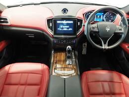 インテリアは12方向電動調整式フロントシート、エバーノウッドインテリアトリム、シートヒーターが装備され、スポーティーな走りの楽しみと快適性を両立。