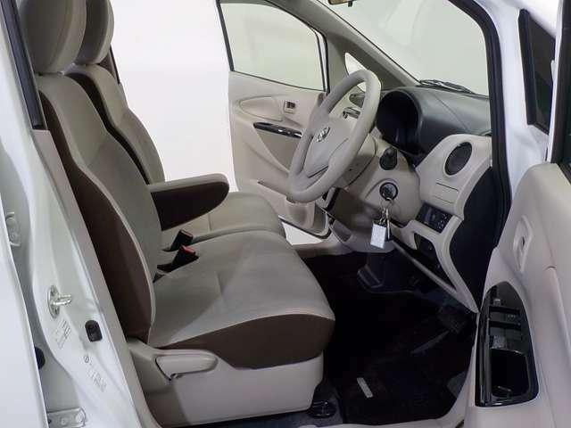 ベンチシートなので運転席、助手席への移動も楽にできます