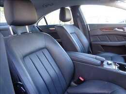 【シート】高級感溢れる車内を演出する【黒革シート】です。