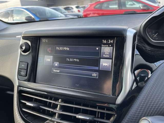 タッチパネルは車両設定やオーディオ機能など細かな設定を行います。