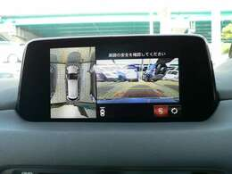 360度カメラ車両の前後左右に備えた計4つのカメラを活用し、車両を上方から見たようなトップビューのほか、フロントビュー、リアビュー、左右サイドビューの映像をセンターディスプレイに表示。