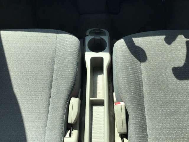 運転席と助手席の間にドリンクホルダー便利ですね♪