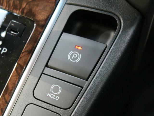 【電動パーキングブレーキ】シフトレバーを「P」に入れると自動で作動し、ブレーキを踏みながら「ドライブ」や「バック」にシフトするとオートで解除されます♪