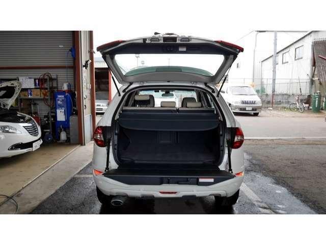 ラゲッジ容量は450Lで、シートをたためば1380Lまで拡大。リヤゲートは2分割。耐荷重200kgの下側はベンチにも使える優れもの!!