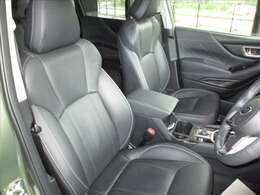 ブラック基調のシートを採用しています。シートに目立つような汚れ等は見られず、美しい状態です。