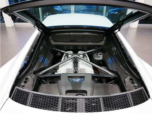 5.2リッターV10エンジンを搭載。高出力と高効率を高い次元で両立します。