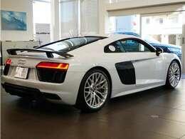 大胆なデザインのリヤディフューザーがスポーツカーの印象を与えます。