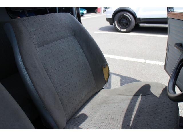 運転席のシートに破れがございます。