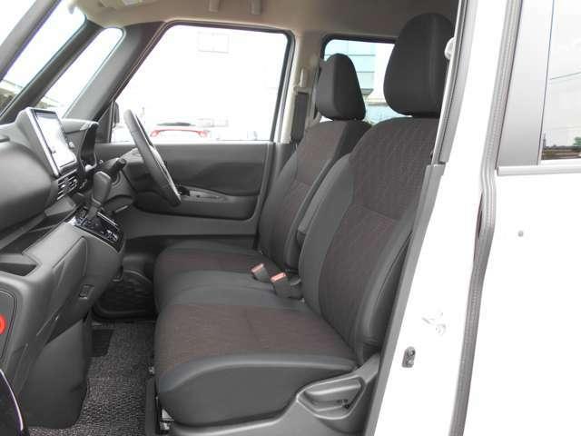 フロントベンチシートだから助手席足元もゆったり、広々快適です♪運転席へのウォークスルーも楽々可能!
