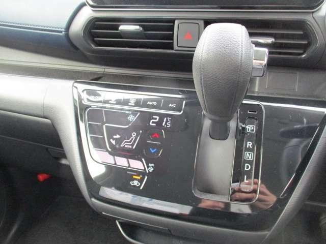 シフトノブをダッシュボードに配置することで運転席から助手席へ社外に出る事無く移動することができるので雨の日や右側にぴったり停める駐車場の方はとても便利ですよ。