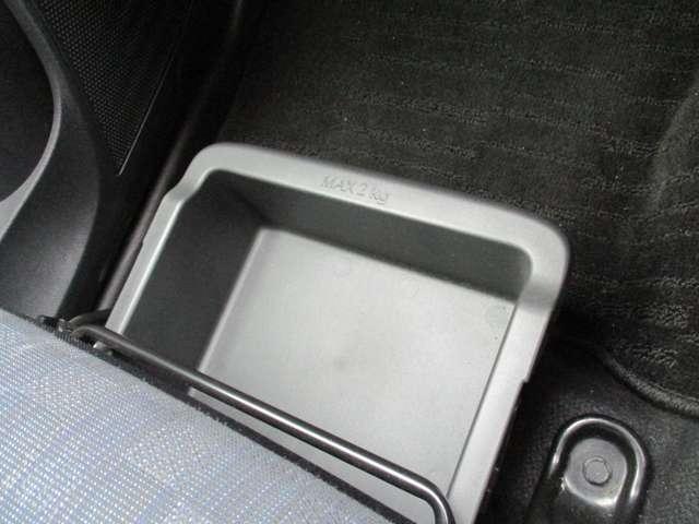 グローブボックス以外にもチョットした収納スペースがあり便利です。