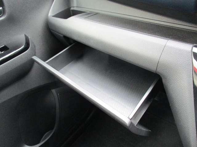 助手席前には小物が収納できるスペースをご用意しました。整理整頓で車内はスッキリ。