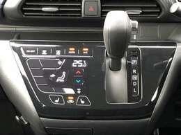 使いやすいタッチパネルのフルオートエアコン。さらに前席シートヒーターは寒い季節に重宝します