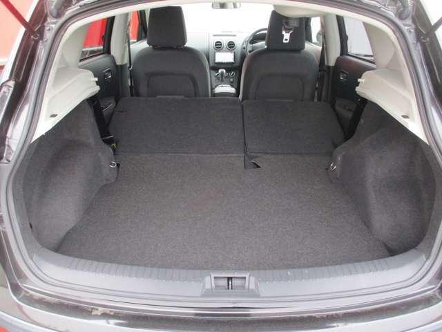 二列目を前に畳めば、もっと大きなスペースに!用途に合わせたシートアレンジが可能です。