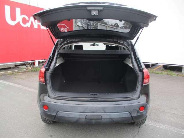 バックドアもとても大きく開きますので、荷物の積み下ろしもラクラク。