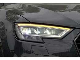 道路を煌々と照らす明るさと、優れた均質性、そして広い照射範囲。ポジショニングライトには高効率エネルギー消費を低減するLEDを採用。